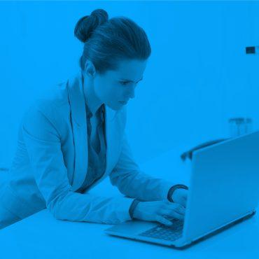 žena pracuje na notebooku