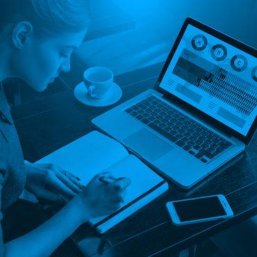 pracujúca žena sediaca pri notebooku
