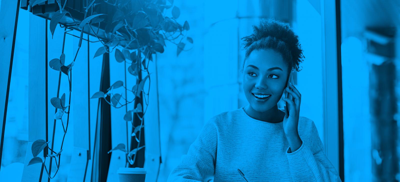 Mladá úspešná podnikateľka telefonujúca s klientom